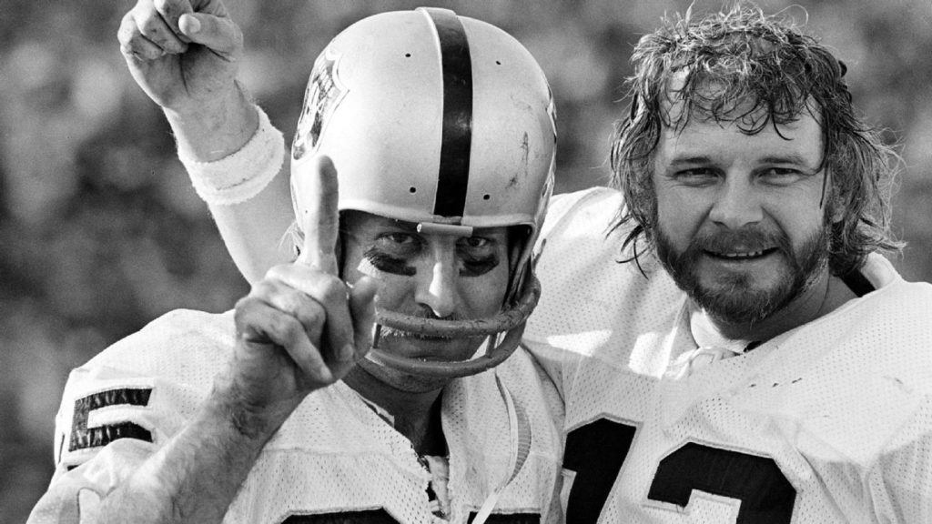 Raiders great Fred Biletnikoff shows Peyton...